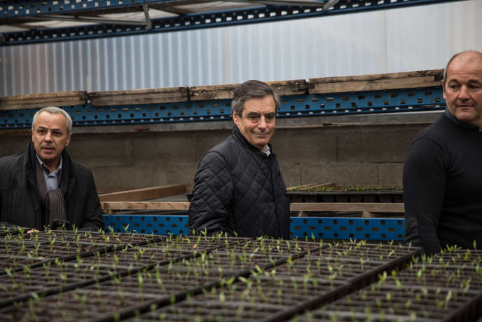 François Fillon dans le Pays basque, où il visite une exploitation productrice de piment d'Espelette, le 25 mars.
