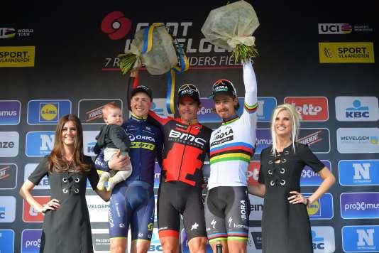 Le Belge Greg Van Avermaet (au centre) savoure sa victoire sur le podium, en compagnie de son compatriote Jens Keukeleire (à gauche) et du Slovaque Peter Sagan, dimanche 26 mars.