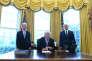 Donald Trump entouré de Tom Price (à gauche) et de Mike Pence (à droite), le 24 mars.