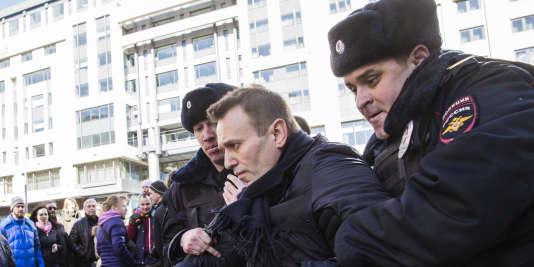 Alexeï Navalny,qui s'est imposé comme l'opposant numéro un au Kremlin en dénonçant la corruption des élites, a été interpellé dimanche.