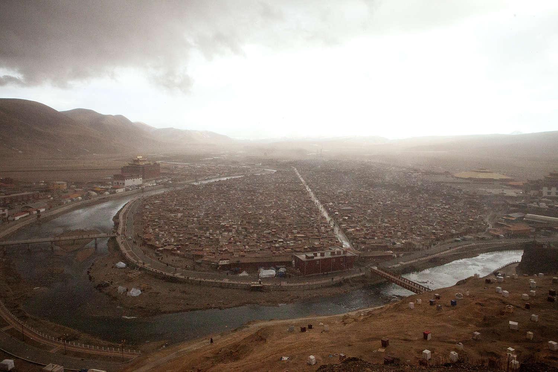 Yarchen Gar s'est construit dans la boucle d'une rivière qui descend des hauts plateaux. C'est le second plus grand camp monastique de Chine.