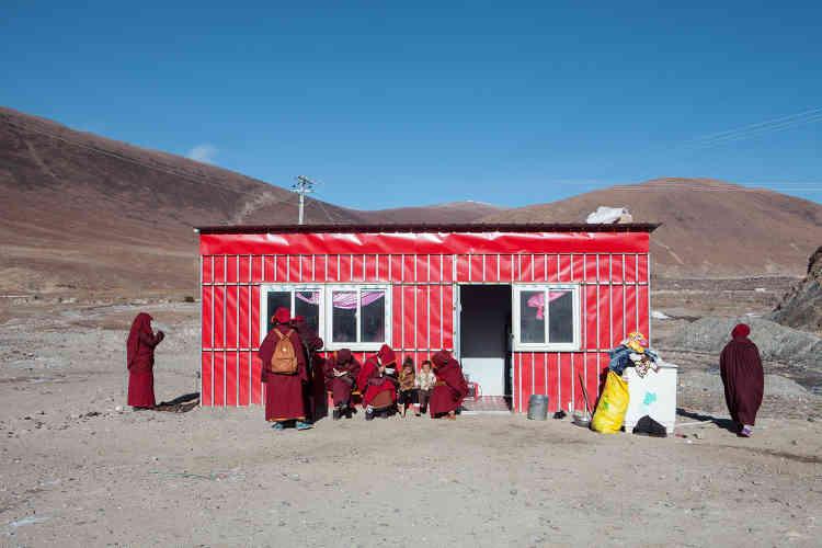 Petit-déjeuner à quelques kilomètres du camp, dans un «restaurant»aménagéle long de la route, en face des cabines de bain.