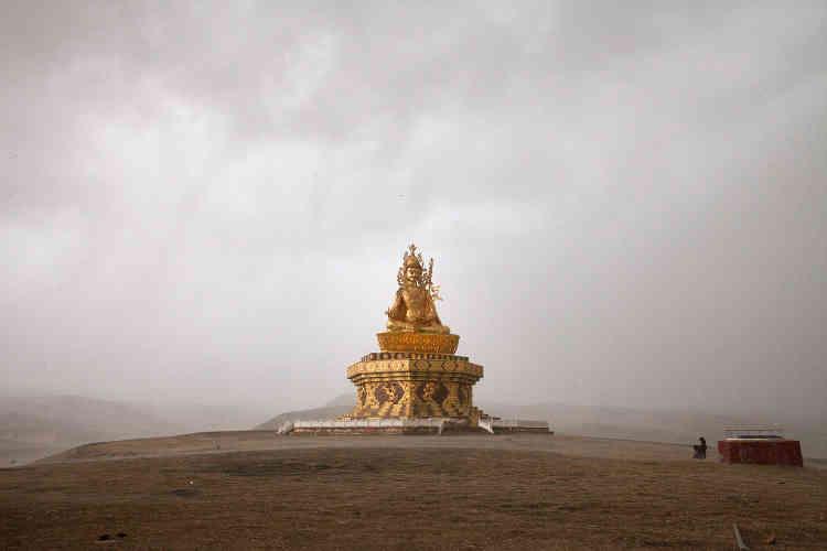 Fondé au début des années1980, Yarchen Gar héberge près de 15000 bouddhistes dont 10000 femmes. La vie y est rude, rythmée par les séances de méditation. Une statue géante de Padmasambhava, l'introducteur du bouddhisme tantrique au Tibet au VIIIesiècle, domine le campement (toutes lesphotos ont été prises du 17 au 19 février 2017).