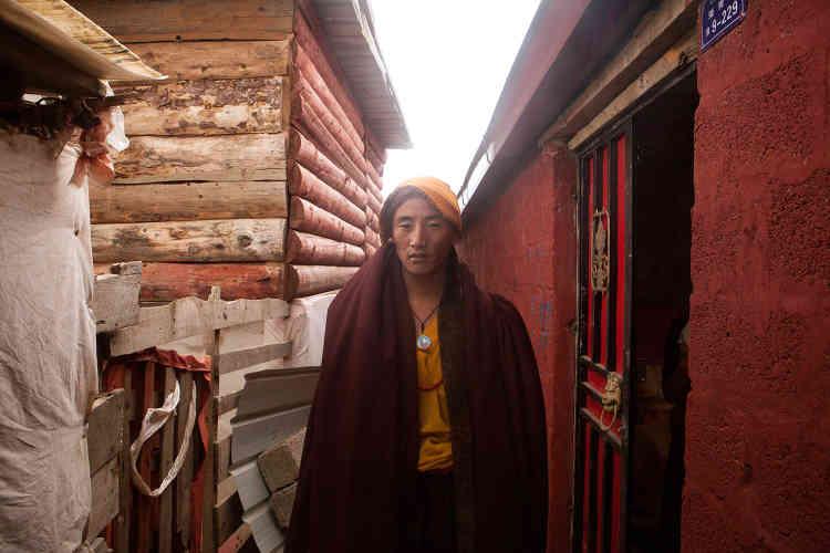 Un moine dans une des « rues» du campementYarchen Gar où vivent environ de3000 à 5000 moines et 10000 nonnes et femmes pratiquantes.