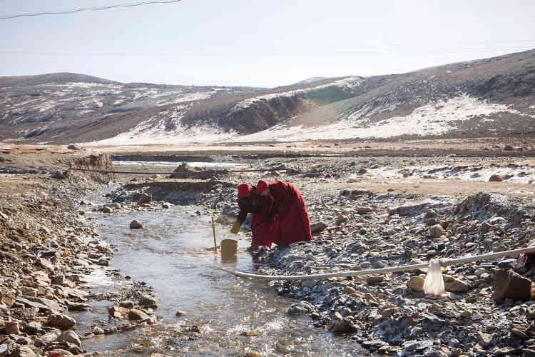 Des nonnes vont chercher de l'eau pour laver leurs vêtements, à quelques kilomètres du monastère.