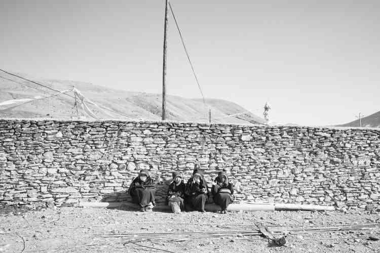 Non loin du camp, des jeunes moines dans l'enclos où se trouventdes cabines de bain aménagées sur des sources d'eau chaude.