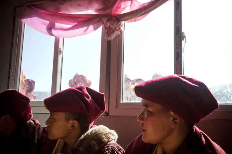 Dans le restaurant où trois jeunes nonnes prennent leur petit-déjeuner de nouilles fumantes. Elle ont acheté leur maison 5000yuan (env. 700euros) il y a septans etdisent recevoir 500yuans (70euros) par mois du monastère pour elles trois.