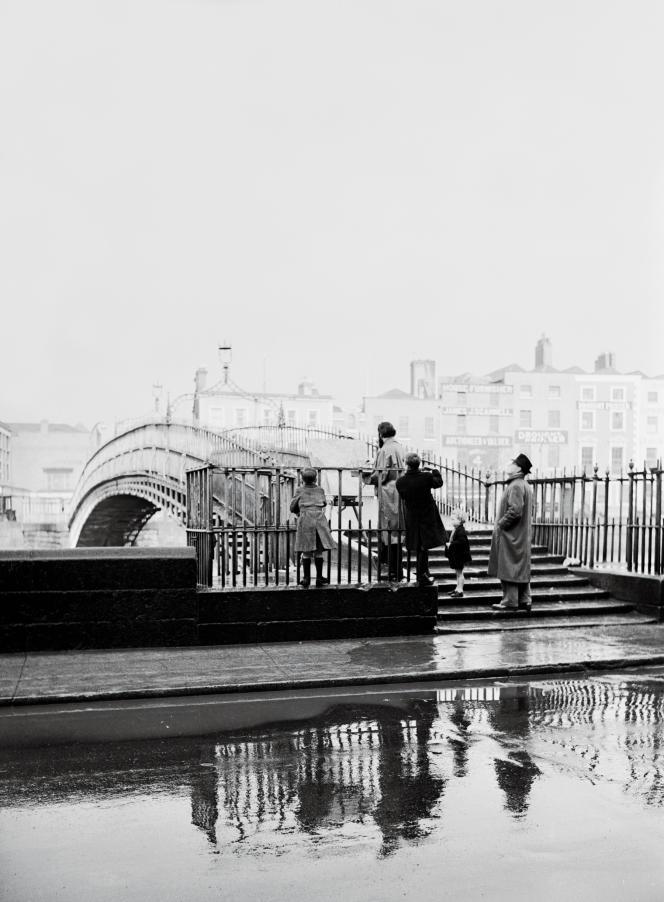 Dans les années 1950, pont piéton au-dessus de la Liffey qui traverse Dublin.