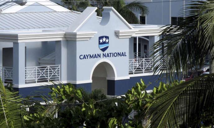 La Cayman National Bank à George Town, dans les îles Caïmans, un paradis fiscal utilisé par les grandes banques européennes.