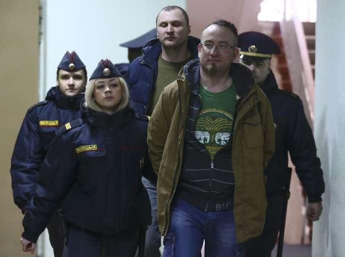 Des militants arrêtés arrivent au tribunal, lundi 27 mars àMinsk.