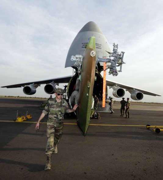 Un hélicoptère Puma de l'armée française en cours de chargement dans un gros-porteur Antonov 124, près de Bamako (Mali), le 19 janvier 2013.