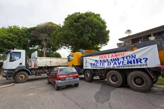 Barrage de camions, à Cayenne, le 26 mars 2017.