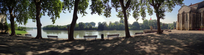 La place ombragée s'ouvre sur le spectacle de la Garonne. Photo publié dans l'Atlas des paysages du Lot-et-Garonne.