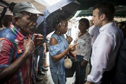 Emmanuel Macron visite le marché du Chaudron, à Saint-Denis de la Réunion, dimanche 26 mars.