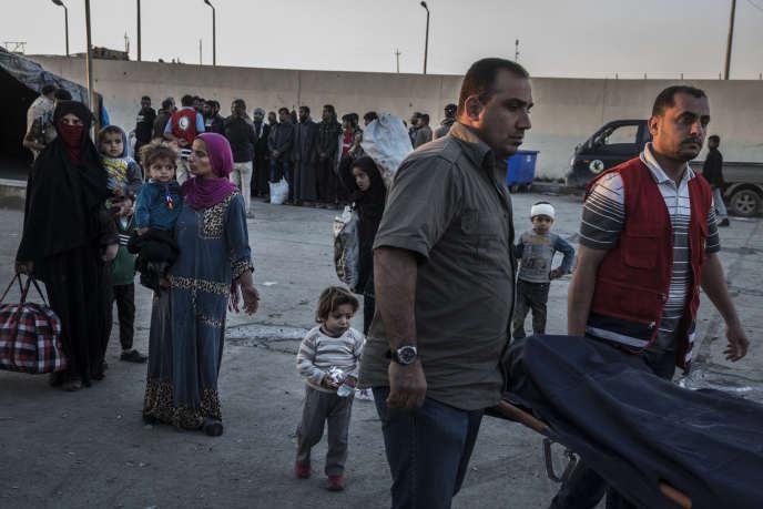 Des habitants dont le quartier a été détruit fuient Mossoul pour Adhbah, au sud-ouest, le 25 mars.