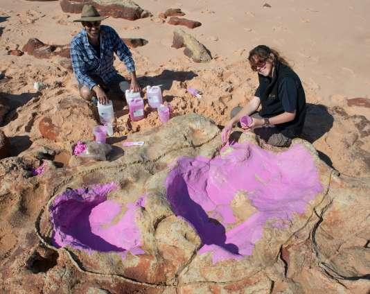 Le Dr Anthony Romilio et Linda Pollard de l'unviersité du Queensland autour d'une empreinte de dinosaure.