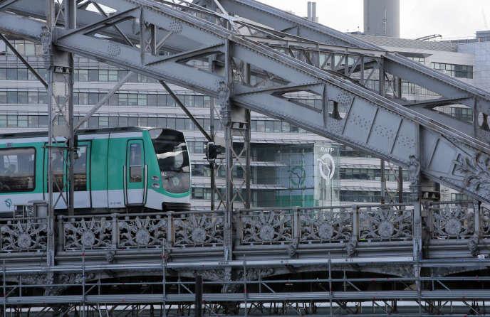 Un métro sur le pont d'Austerlitz, à Paris, en 2015
