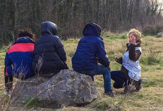 Les associations ont repris les distributions de repas au lendemain de la suspension, par la justice, de l'arrêté anti-rassemblement de la mairie de Calais.