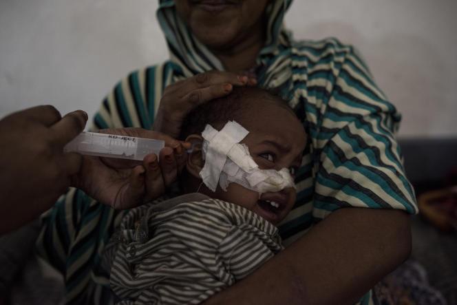 Najah Saleban, 11 mois, est réhydratée afin de lutter contre les symptômes de malnutrition, à l'hôpital de Borama, le 21 mars.