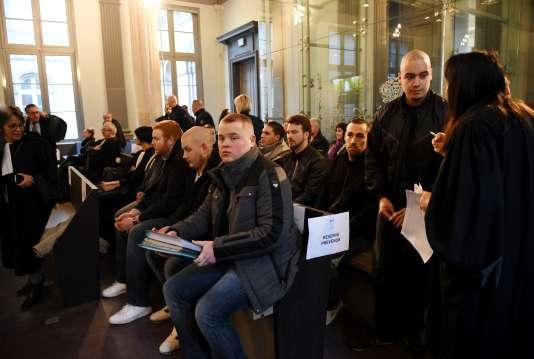 Dix-huit prévenus, membres ou sympathisants du groupuscule néo-nazi WWK, comparaissent depuis lundi devant le tribunal correctionnel d'Amiens.