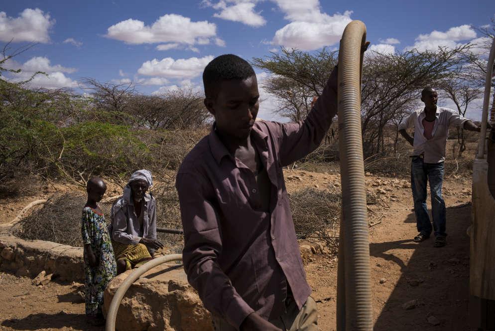 Une réserve d'eau est remplie par un camion de l'association Save The Children à l'extérieur du village de Beer, le 23 mars. Elle est destinée à l'usage de 60 familles.