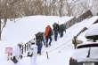 Des secouristes se mettent en route depuis la station de ski de Nasu, au nord de Tokyo, le 27 mars.