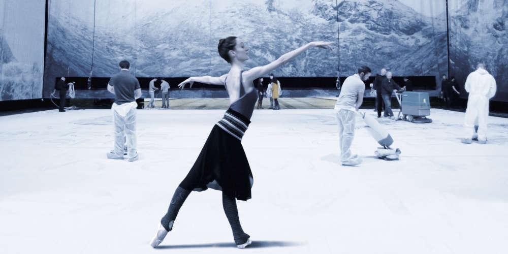 Observateur aguerri des institutions, fin analyste de leur(s) (dys)fonctionnement(s), le réalisateur suisse est resté, commeses prédécesseurs, Frederick Wiseman («La Danse, le ballet de l'Opéra de Paris», 2009), et Thierry Demaizière et Alban Teurlai («Relève: histoire d'une création», 2015)à la lisière du chaudron de l'Opéra de Paris, sans dévoiler les ressorts de sa cuisine interne.Acceptant de se soumettre au pouvoir de cette machine de guerre, il a pris le parti d'en célébrer le génie. C'est ce qui fait, finalement, la beauté de son film.