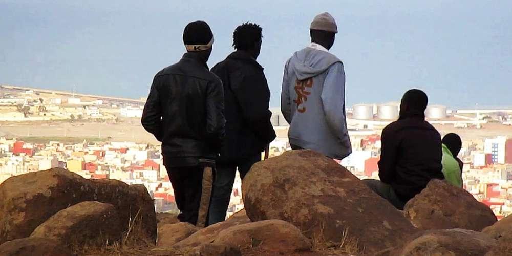 Les documentaristes allemand et chilien ont confié une caméra à Abou Bakar Sidibé, un jeune Malien qui a traversé le Sahara et se trouve bloqué au nord du Maroc sur la montagne de Gourougou qui surplombe l'enclave espagnole de Melilla. En montrantla communauté d'émigrés ouest-africains qui cherchent à franchir les clôtures et les fossés qui entourent ce petit morceau d'Europe, ses images offrent un regard nouveau sur le parcours des migrants.