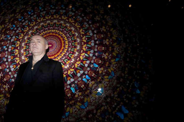 Damien Hirst devant son oeuvre intitulé «I Am Become Death, Shatterer of Worlds 2006» lors d'une rétrospective qui lui était consacrée à la Tate Modern, à Londres, le 2 avril 2012.