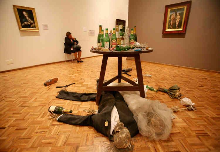 «Adam and Eve under the table» (2005) de Damien Hirst au San Carlos Museum à Mexico, dans le cadre de l'exposition « Visitations» en octobre 2006.