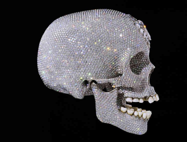 «For the Love of God », un crâne en platine serti de diamants.Il s'agit dela copie d'un crâne du XVIIIe siècle parsemée de 8 601 diamants - dont l'origine a été vérifiée pour s'assurer qu'ils ne proviennent pas d'un marché de contrebande. Ila été vendue 74 millions d'euros en 2007, devenant l'oeuvre la plus chère vendue du vivant de son auteur.