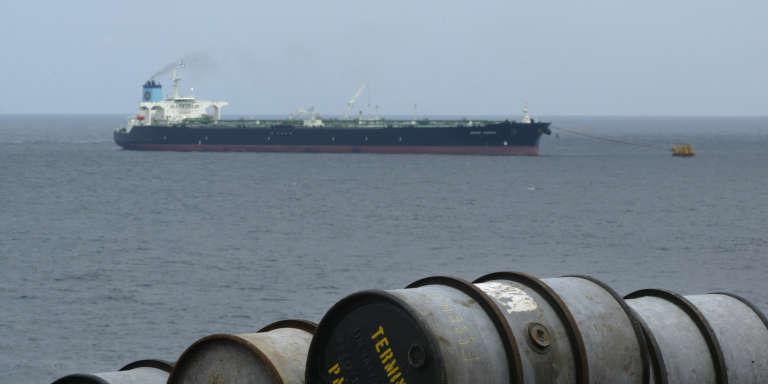 Un pétrolier remplit ses cuves de pétrole, au large des côtes d'Afrique centrale.
