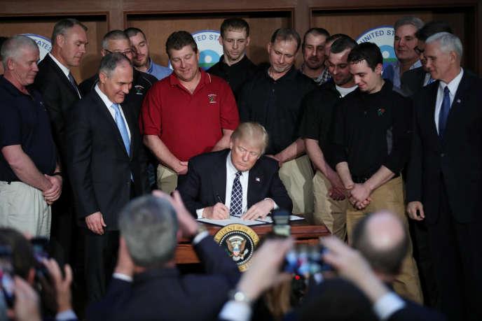 Donald Trump au siège de l'Agence de protection de l'environnement (EPA) le 28 mars.