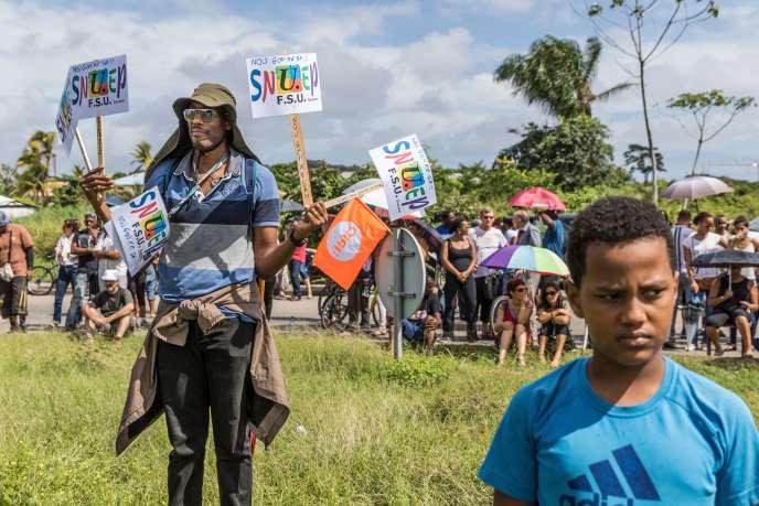 Rassemblement organisé par les syndicats d'enseignants, à Cayenne, lundi 27 mars