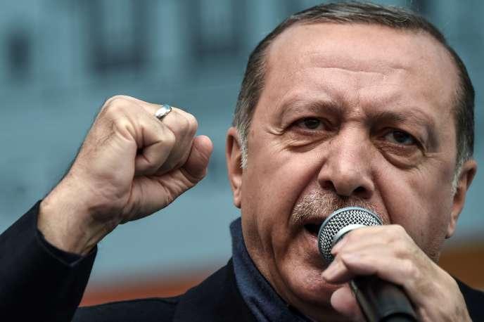 «En cas de victoire, Erdogan dirigera l'exécutif, contrôlera le Parlement, régnera sur l'appareil judiciaire avec, entre autres, le pouvoir de nommer 12 des 15 juges de la Cour constitutionnelle» (Le prisident turc Recep Tayyip Erdogan en meeting à Istanbul, le 26 mars).