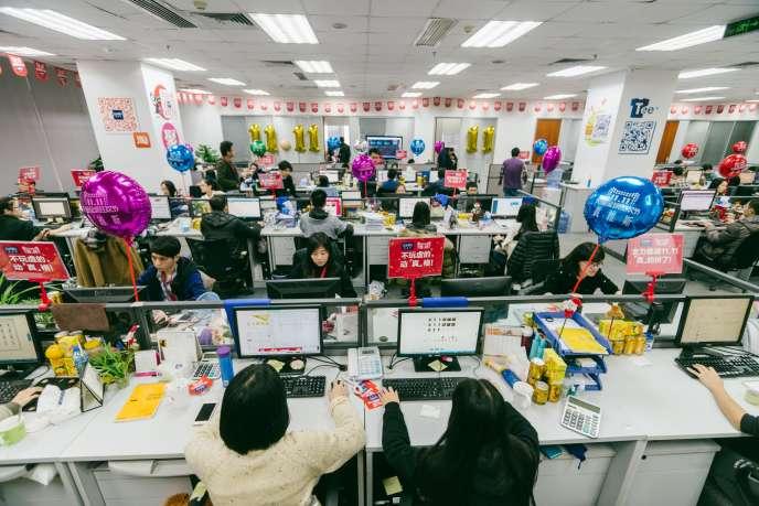 Les étudiants d'une école technique travaillent au sein du service clientèle du fabricant de textiles Jeanswest, en novembre 2016, à Huizhou, dans la province du Guangdong dans le sud de la Chine.