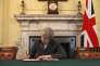 La première ministre britannique Theresa May signant, mardi 28 mars dans son bureau, la lettre au président du Conseil européen, Donald Tusk, invoquant l'article 50 du traité de Lisbonne