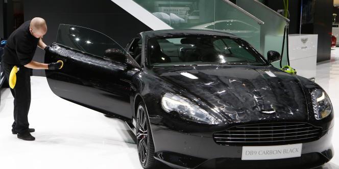 Une Aston Martin DB9 exposée au salon de l'automobile de Genève, en 2014.