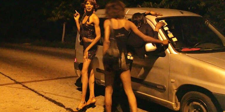 Des travestis en 2007, dans le quartier Zone4, à Abidjan.