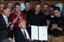 Donald Trump après la signature d'un décret allégeant la réglementation sur la protection de l'environnement, le mardi 28 mars.