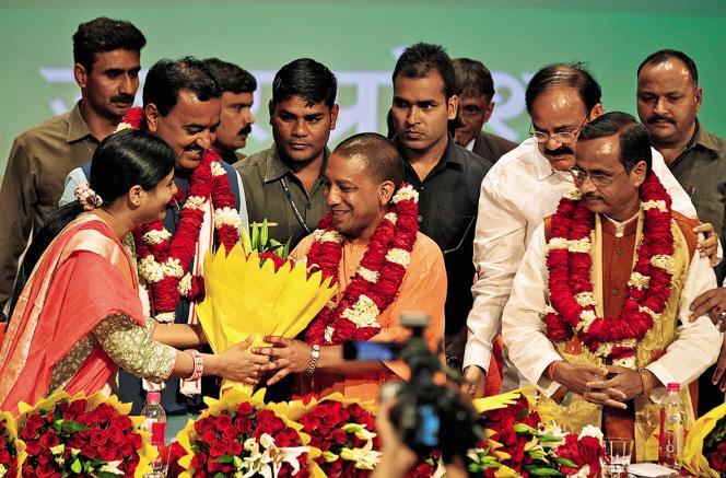 S'il s'est fait des ennemis avec la décision de fermer les abattoirs illégaux,YogiAdityanath (au centre),premier ministre de l'Uttar Pradesh, a contenté ses partisans nationalistes.