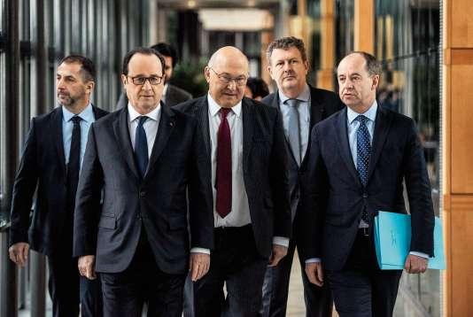Le juge Charles Duchaine (2e en partant de la droite) dirigera l'Agence française anticorruption, qui ouvrira le 23 mai (ici, le jour de l'inauguration, le 23 mars, avec François Hollande, Michel Sapin et Jean-Jacques Urvoas).