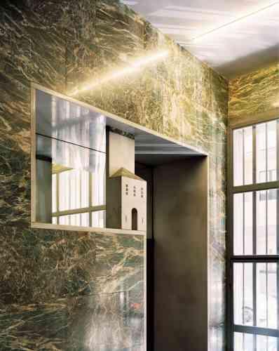 Cet architecte (1888-1967), nommé doyen de la faculté d'architecture de Milan sous Mussolini, en 1939, a signé environ 1 000 réalisations dans la ville. Parmi ses œuvres célèbres, le Planetario Hoepli, la casa Crespi sur le Corso Venetia, mais surtout la villa Necchi, l'un des principaux bâtiments Art déco de la ville, qui a servi de décor au film «Amore » (2010), de Luca Guadagnino. Ici, un détail du hall d'entrée en marbre de la Fondation Piero Portaluppi, ouverte sur rendez-vous. www.portaluppi.org
