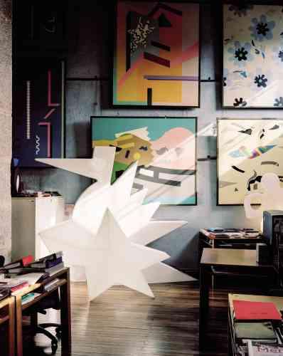 Le fantasque et brillant Alessandro Mendini (né en 1931) a toujours aimé jouer avec les couleurs et les formes. Figure du mouvement post-moderne Alchemia, ce designer et architecte interroge les paradigmes de la société de consommation et les places respectives de l'homme et de l'objet. Au centre de la photo, en blanc, la sculpture d'oiseau «Here» (en fibre de verre) en partie cachée par le siège lumineux Glacé.