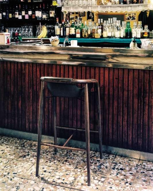 Moins spectaculaire que les autres villes italiennes, austère parfois, Milan la classique reste la capitale du design. Elle sert ici de décor à des pièces aux formes rigoureuses, mais à la belle âme. Tabouret T398A, coque en matériau composite de résine et fibres de lin, base en noyer, collection HAMAC, SL015, design Jean-Philippe Nuel, Saintluc. Sur le comptoir, porte-bananes Dear Charlie, en zamac chromé, design John Truex, Alessi.Bol A+A, en céramique coloris sable, tasse à café et sous-tasse en céramique, design Ann Van Hoey, Serax.