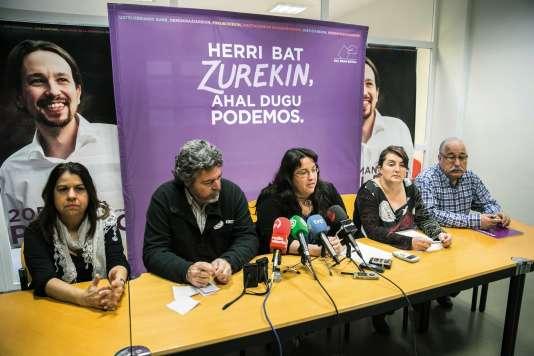 Elue discrète,la sénatrice Elvira García Díaz, surnommée «Viruka» (à droite, au siège basque de Podemos, à Vitoria-Gasteiz, en décembre 2015), percevait un salaire de 5600euros par mois.