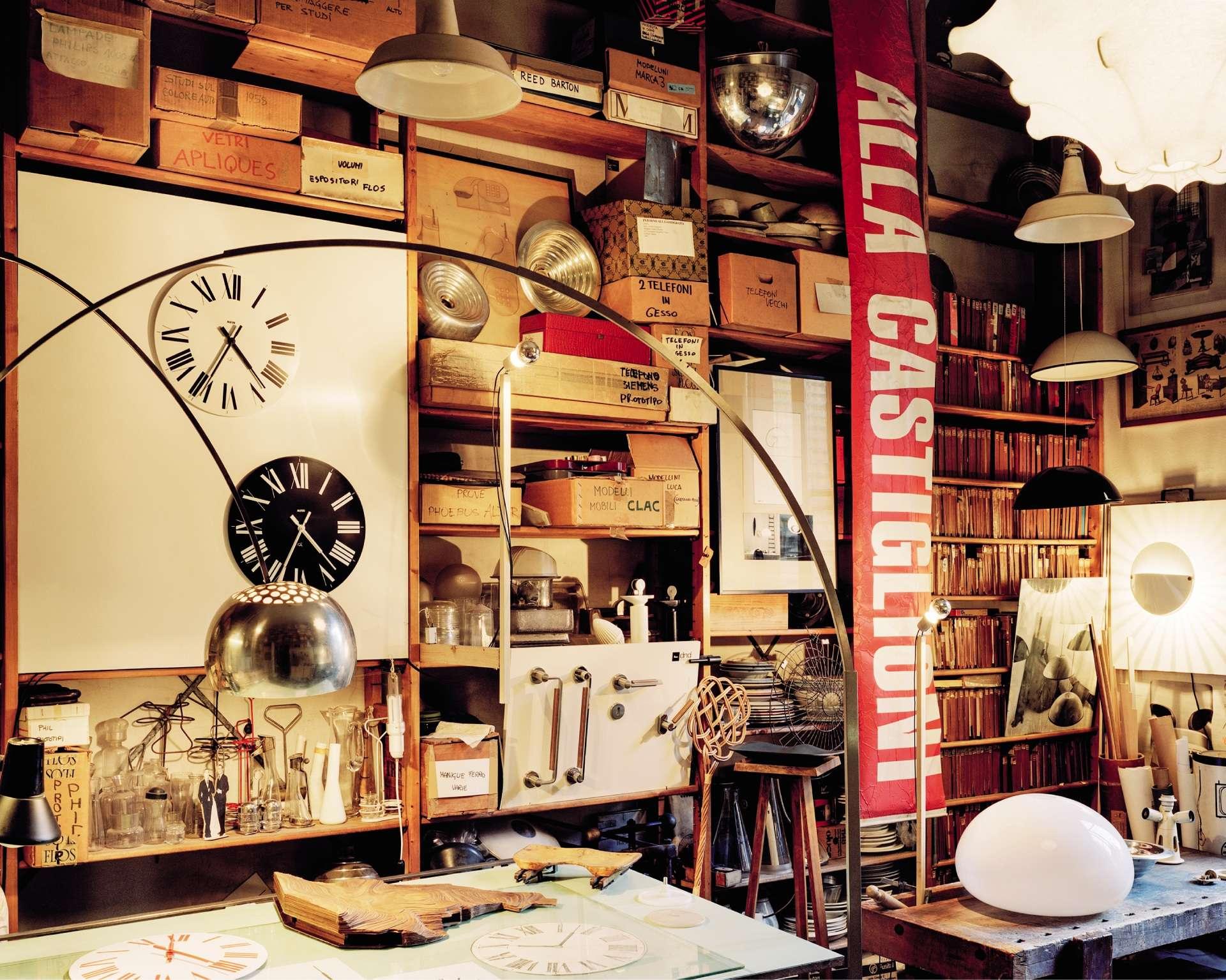 Berceau de l'architecture et du design industriels, Milan abrite les ateliers des grands noms du design italien du xxe siècle. Le photographe Romain Courtemanche a saisi l'atmosphère de ces studios mythiques.Adepte d'un design teinté d'humour, Achille Castiglioni (1918-2002) a beaucoup travaillé avec son frère Pier Giacomo. Très dynamique, la Fondation qui lui y est consacrée propose des visites sur rendez-vous et des expositions temporaires. Les amateurs sont invités à découvrir des pièces phares du designer, mais aussi à plonger dans son processus créatif. Ici, dans la salle des prototypes, le lampadaire Arco (à gauche, en aluminium) dessiné avec son frère en 1962. http://fondazioneachillecastiglioni.it