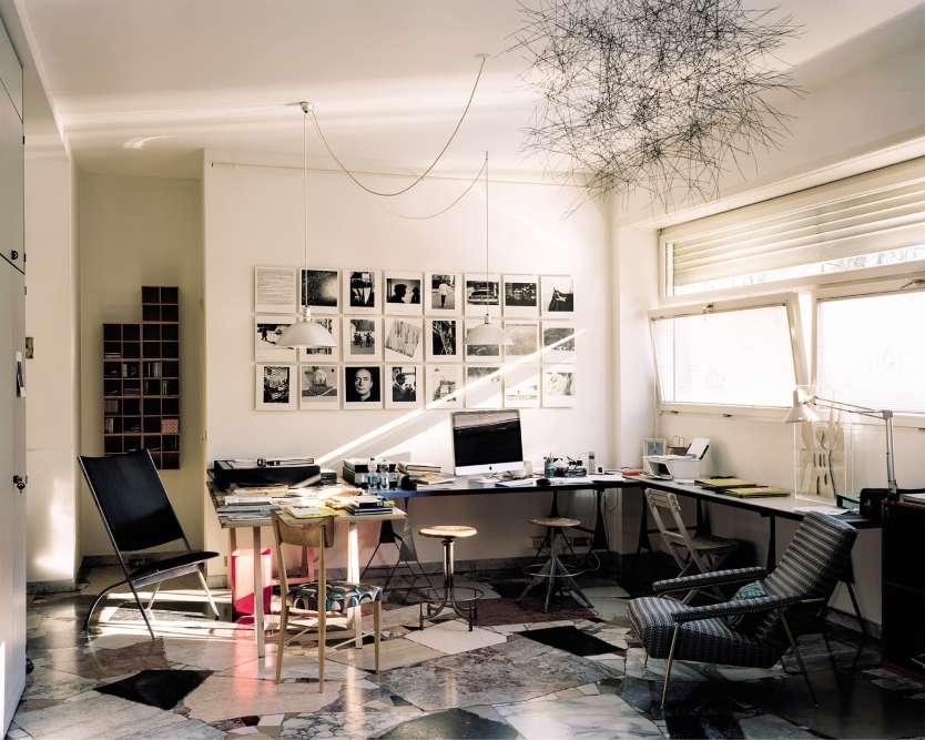 Architecte et designer, Gio Ponti (1891-1979) est l'un des pères fondateurs du modernisme italien. Auteur, avec l'ingénieur et architecte Pier Luigi Nervi, de l'emblématique tour Pirelli, il a aussi dessiné l'immeuble du 49 via Dezza, où il vécut jusqu'à sa mort. Son appartement se trouvait au 8e étage ; au rez-de-chaussée, le designer avait installé son studio; dans le jardin, un hangar où se concentrait l'essentiel de son activité, faisait office d'atelier et d'espace de fabrication (ses meubles sont aujourd'hui édités, pour la plupart, par Molteni). Après sa mort, Salvatore Licitra, son petit-fils, lui-même artiste, s'est installé dans le studio de son grand-père, dont il gère les archives photo-graphiques, consultables sur rendez-vous. http://gioponti.org
