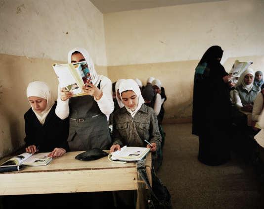 Maryam lit à haute voix une page de son livre de sciences naturelles. Durant l'occupation de l'EI, les écolières avaient déserté les classes, dont les programmes avaient été profondément remaniés par les djihadistes.