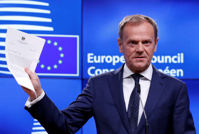 Le président du Conseil européen, Donald Tusk, brandit la lettre d'activation du Brexit signée par la première ministre britannique, Theresa May, la veille au soir, le 29mars 2017 à Bruxelles.